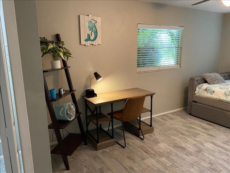 Guest room/w desk